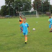 Młodzi piłkarze podaczas zajęć.