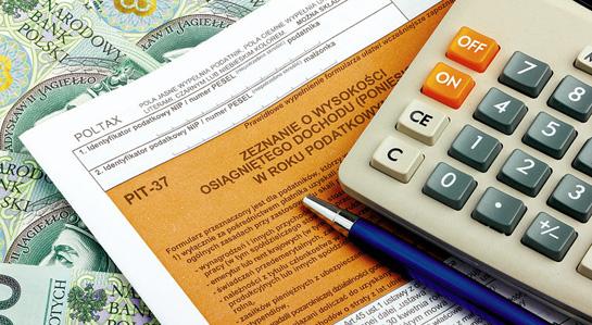 Na zdjęciu: deklaracja podatkowa, długopis i kalkulator