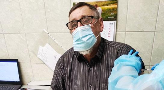 Na zdjęciu moment szczepienia.