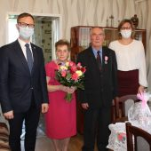 Na zdjęciu Jubilacji wraz z Wójtem Gminy Lisewo oraz Kierownikiem USC