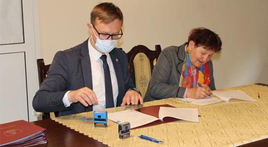 Fotografia - moment podpisania umowy